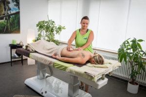 Anwendung: Lava-Shells-Massage im kösalina